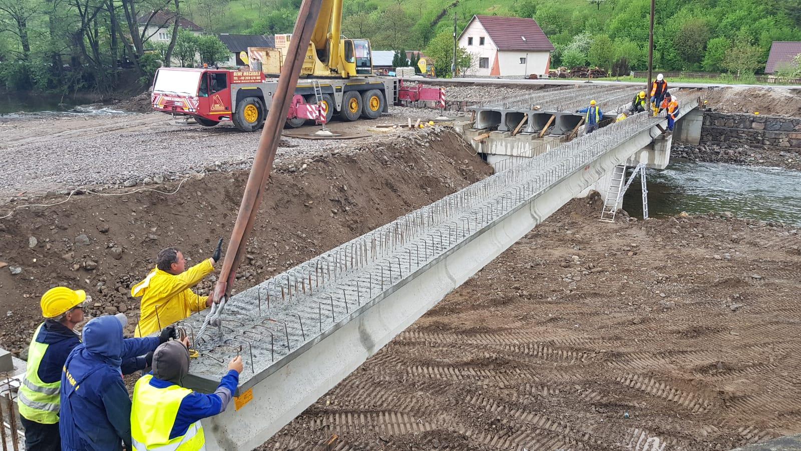 Au fost montate grinzile la podul din Bulz